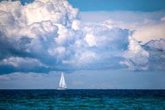 Navigando sotto le nuvole immagine stock