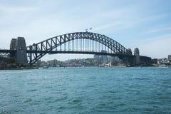 Navigando sotto Sydney Harbour Bridge Fotografia Stock
