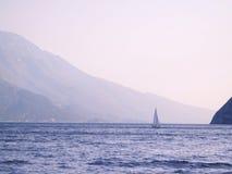 navigando su Lago di Garda Fotografie Stock Libere da Diritti