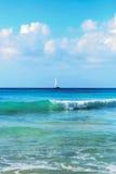 Navigando su un mare variopinto Fotografie Stock Libere da Diritti