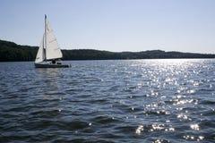 Navigando sul lago scintillante Fotografie Stock Libere da Diritti