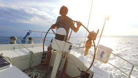 Navigando sulla barca a vela
