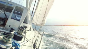Navigando sulla barca a vela archivi video