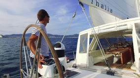 Navigando sulla barca a vela video d archivio