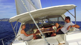 Navigando sulla barca a vela stock footage