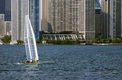 Navigando sulla parte anteriore del lago Fotografia Stock