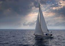Navigando in una tempesta Fotografie Stock Libere da Diritti