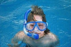 Navigando usando una presa d'aria in acqua Immagini Stock