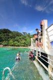 Navigando usando una presa d'aria alla spiaggia di corallo Fotografia Stock Libera da Diritti