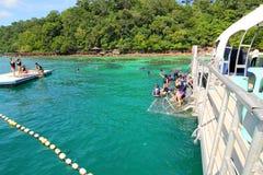 Navigando usando una presa d'aria alla spiaggia di corallo Immagine Stock Libera da Diritti