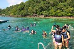 Navigando usando una presa d'aria alla spiaggia di corallo Fotografie Stock Libere da Diritti