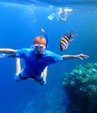 Navigando usando una presa d'aria con i pesci immagini stock