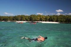 Navigando usando una presa d'aria in Isola Maurizio Immagine Stock