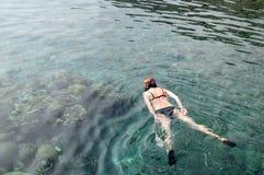 Navigando usando una presa d'aria nel Mar Rosso Fotografia Stock Libera da Diritti