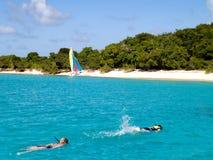 Navigando usando una presa d'aria nella spiaggia fotografia stock