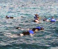 Navigando usando una presa d'aria sulla barriera corallina Fotografia Stock