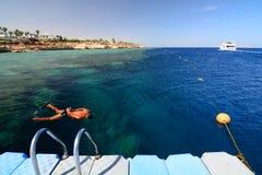 Navigando usando una presa d'aria sulla barriera corallina Sharm el-Sheikh Mar Rosso Egypt Immagini Stock