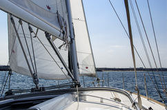 Navigando vicino alla riva Immagini Stock Libere da Diritti