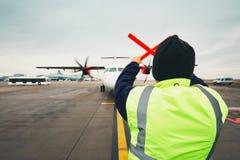 Navigatie van het vliegtuig bij de luchthaven Stock Foto's