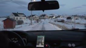 Navigatieapparaat in de auto Het reizen van en het gebruiken van kaarten stock videobeelden