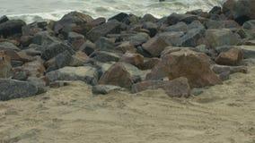 Navigatieinstrumenten, grafiek op zand Granietrotsen Metallpijler, meerpaal stock footage