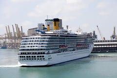 Navigatin de bateau de croisière dans le port Photographie stock