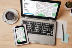 Navigation APP de carte de GPS sur l'écran d'ordinateur portable et de smartphone emplacement photos libres de droits