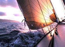 Navigation au lever de soleil images libres de droits