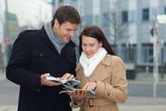 Navigation avec la carte et l'excursion de ville Photos libres de droits