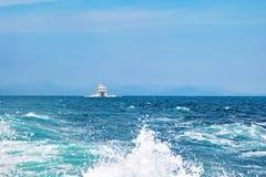 Navigation blanche de bateau de croisière sur la mer un jour ensoleillé Montagnes sur le fond Ciel et mer sans nuages bleus, lois images stock