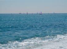 Navigation blanche de bateau en mer bleue ouverte photo stock
