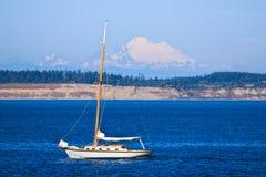 Navigation blanche de yacht dans l'océan bleu Photographie stock