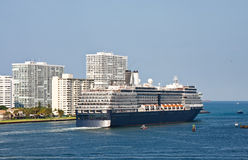 Navigation bleue et blanche de bateau de croisière hors de la Manche Photos stock