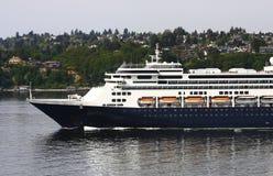 Navigation bleue et blanche de bateau de croisière hors de Seattle Photographie stock libre de droits