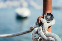 Navigation : boussole nautique sur une corde de navigation, pilier Bateaux ? voile ? l'arri?re-plan photos stock