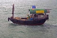Navigation chinoise de sampan dans une baie de Hong Kong image stock