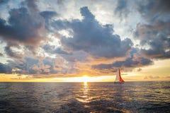 Navigation contre le coucher du soleil en Croatie Images stock