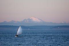 Navigation crépusculaire dans le son de Puget Photos libres de droits