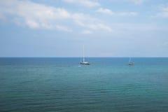 Navigation dans l'océan d'été Images stock