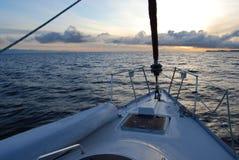 Navigation dans le coucher du soleil