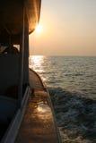 Navigation dans le coucher du soleil Image libre de droits