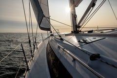 Navigation dans le coucher du soleil image stock