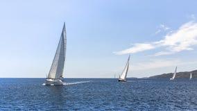 Navigation dans le vent par les vagues à la mer Égée en Grèce Photo stock