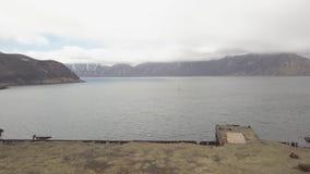 Navigation de bateau à voile dans le port de mer près du rivage de la vue aérienne gauche abandonnée banque de vidéos