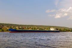 Navigation de bateau-citerne de cargo le long de la côte Images libres de droits
