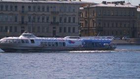 Navigation de bateau d'hydroptère de météore sur le secteur de l'eau de Neva River banque de vidéos