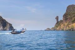 Navigation de bateau d'Ongtail en mer d'andaman tropicale à l'île de roche de Koh Kai ou de poulet, Krabi, Thaïlande photo stock