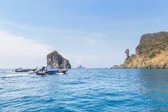 Navigation de bateau d'Ongtail en mer d'andaman tropicale à l'île de roche de Koh Kai ou de poulet, Krabi, Thaïlande photos stock