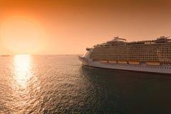 Navigation de bateau de croisière dans le coucher du soleil Photographie stock libre de droits