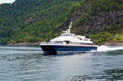 Navigation de bateau de croisière le long du fleuve Images libres de droits